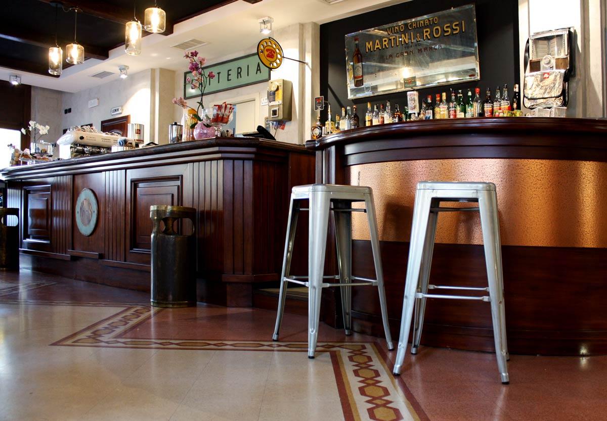 Bar design - Mathis interno bancone e sgabelli