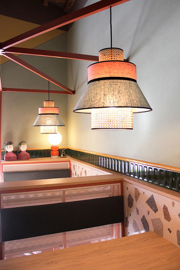 Gustavo's pizza | Dettaglio delle panche realizzate su misura. Mix di materiali come metallo, legno tessuto e ceramica effetto terrazzo.